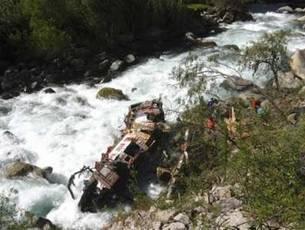 В ЮАР автобус упал в реку с 80 метров